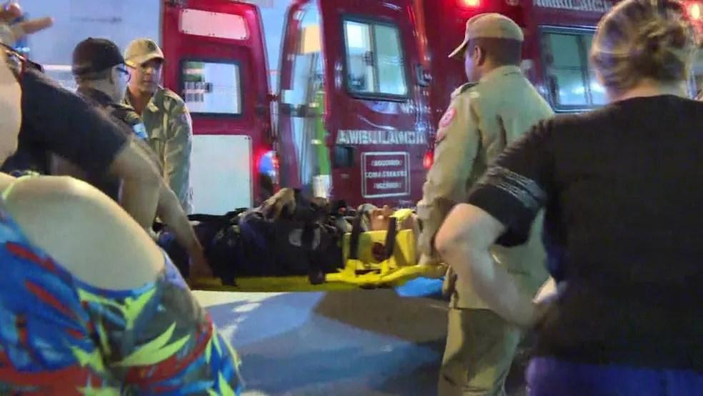 PM que caiu do cavalo no Maracanã é levado de ambulância (Foto: Robson Coutinho/Reprodução/GloboNews)