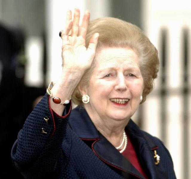 Dezembro de 2005 - A 'dama de ferro' retorna para casa em Londres após passar a noite internada em um hospital devido a um mal estar sentido na véspera (Foto: AFP)