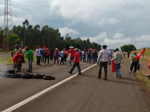 Manifestantes colocaram pneus no meio da pista para impedir passagem de veículos (Foto: Simone Dias/TV TEM)