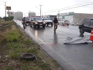 Agentes da Polícia Rodoviária Federal precisaram isolar uma das faixas da pista  (Foto: Henrique Pereira/ G1)