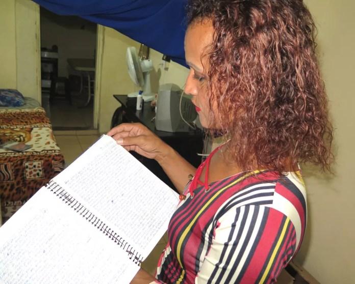 Katia começa escrevendo no papel e depois passa o texto para o computador. — Foto: Liliane Souza/G1 Santos