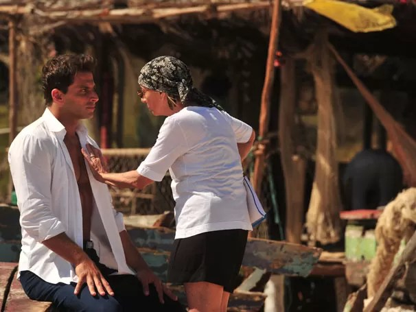 Henri Castelli recebe instruções da preparadora de elenco (Foto: TV Globo / João Miguel Júnior)
