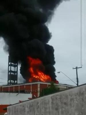Incêndio de grandes proporções atingiu depósito (Foto: Arquivo pessoal / Rodrigo Magrini)
