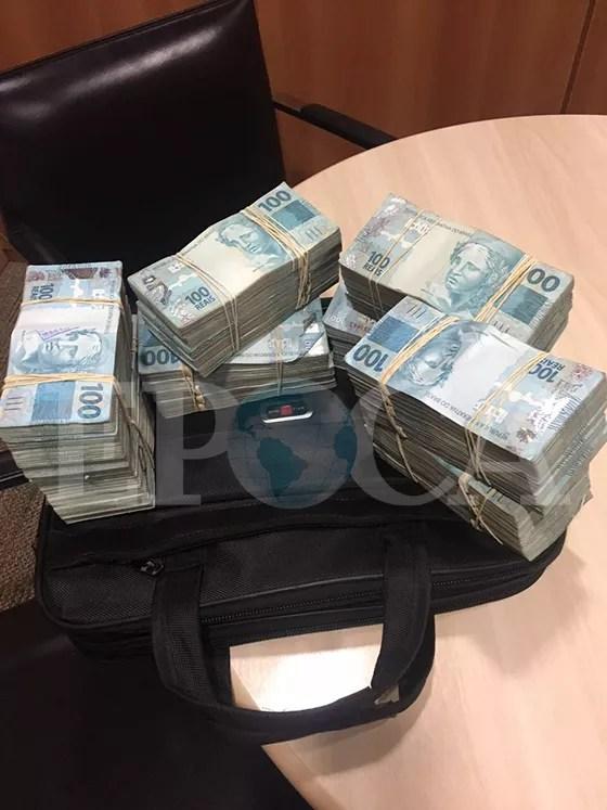 Foto da pasta com dinheiro entregue à mulher do operador Lucio Funaro, em 20 de abril (Foto: reprodução)
