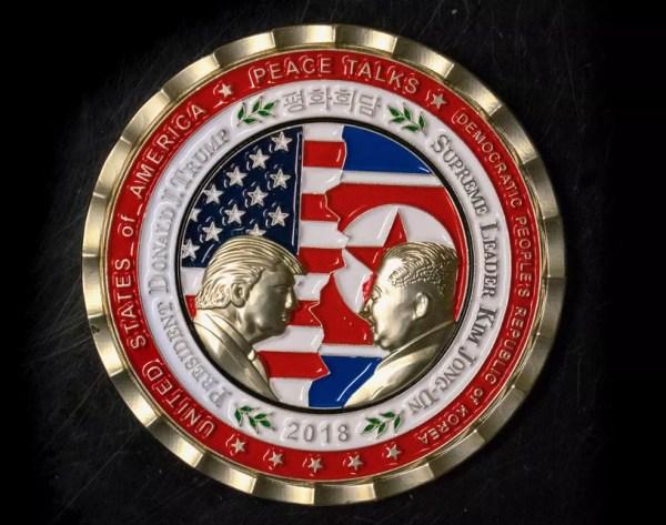 Casa Branca chegou a lançar uma moeda comemorativa do encontro entre o presidente dos EUA, Donald Trump, e do líder norte-coreano, Kim Jong-un (Foto: AFP)