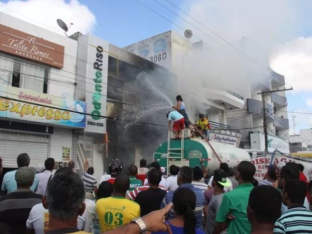 Incêndio atinge loja de móveis em Conceição do Coité, na Bahia (Foto: Raimundo Mascarenhas/ Calila Notícias)