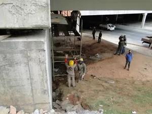Funcionários trabalham sob o Viaduto Gil Nogueira, em BH. (Foto: Pedro Ângelo/G1)