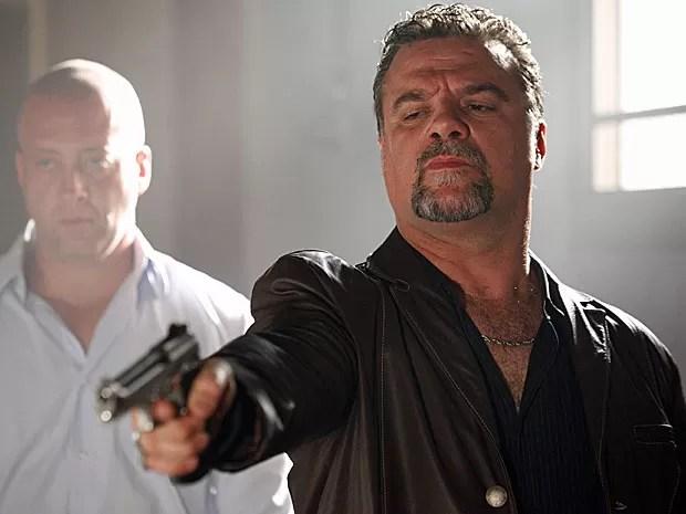 Russo dispara a arma pensando que está atirando em Morena (Foto: Salve Jorge/TV Globo)