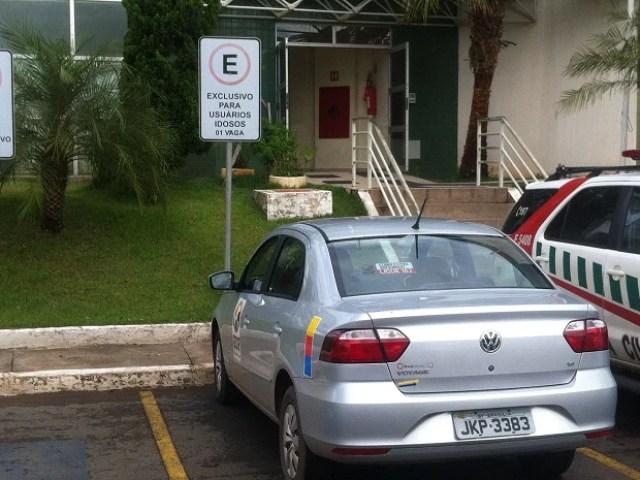 Carro do GDF estacionado em vaga reservada para idosos na Administração de Águas Claras (Foto: Lucas Salomão/G1)