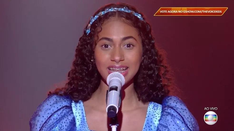 Izabelle Ribeiro se apresenta com 'Maria Maria' no palco do 'The Voice Kids'.  — Foto: Reprodução/Globoplay