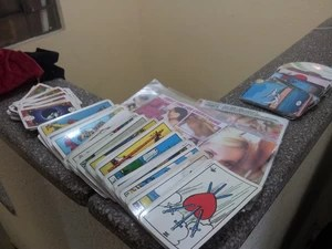 Filmes eróticos e cartas de tarô foram encontrados com o suspeito (Foto: Silvio Muniz/G1)