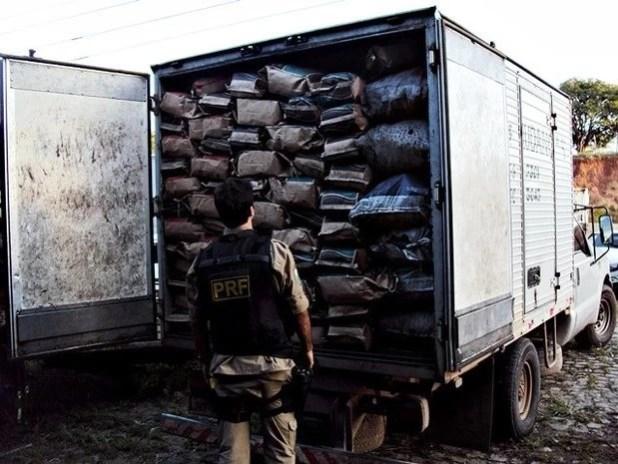 PRF apreende carga de carvão transportada irregularmente em SE (Foto: Divulgação/PRF-SE)