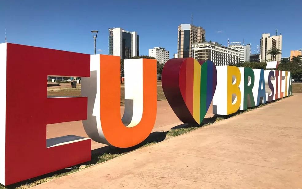 """Escultura """"Eu amo Brasília"""" no centro de Brasília ganha adesivo colorido em homenagem ao mês do orgulho LGBT — Foto: Luiza Garonce/G1"""
