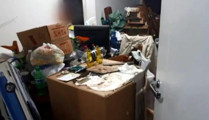 Casal que acumulava lixo de mais de 4 anos em apartamento de SC. — Foto: Reprodução/NSC TV