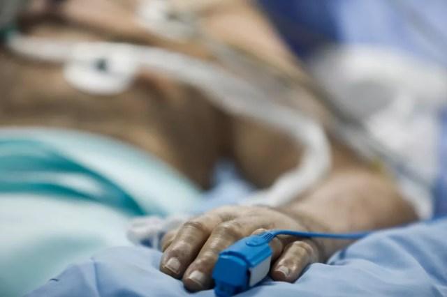 Paciente com Covid-19 internado em UTI de Atenas, na Grécia, em foto de 7 de abril — Foto: Giorgos Moutafis/Arquivo/Reuters