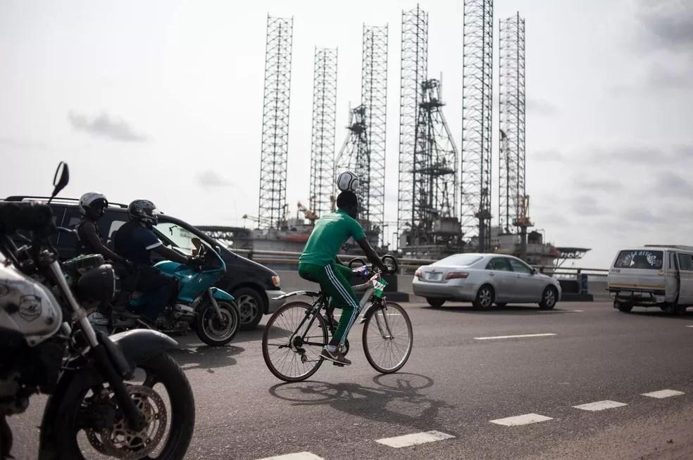 Harrison Chinedu pedalou mais de 100 km equilibrando bola na cabeça (Foto: STEFAN HEUNIS/AFP )