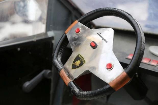 Fazendeiro caprichou nos detalhes de réplica e até decorou volante com símbolos da Lamborghini (Foto: China Daily/Reuters)