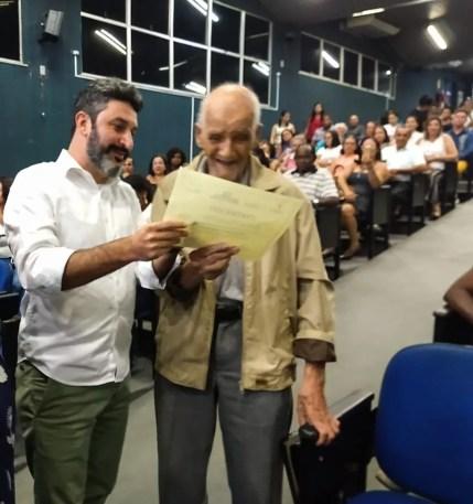 O idoso de 91 anos se emocionou ao receber o diploma na última quarta-feira — Foto: Renan Liu/Prefeitura de Campos