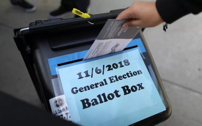 Eleitora deposita voto antecipado em urna em Norwalk, Califórnia, no dia 24 de outubro — Foto: Reuters/Lucy Nicholson