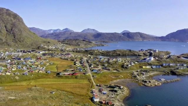Moradores da cidade de Narsaq, próximos às minas de Kvanefjeld, estão preocupados com o projeto — Foto: Greenland Minerals LTD/Handout via Reuters