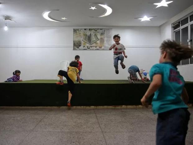 Crianças sírias brincam dentro da Mesquita de Guarulhos (Foto: Gabriel Chaim/G1)