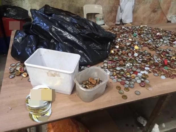 Segundo o Deic, tampinhas de cerveja eram compradas de catadores em lixão de Itaquaquecetuba (Foto: Divulgação/ Deic)