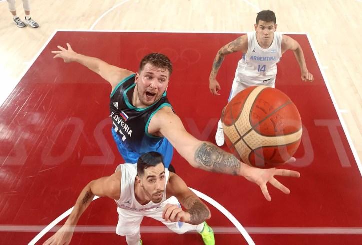 Luka Doncic marca mais dois pontos contra a Argentina — Foto: Gregory Shamus / Getty Images