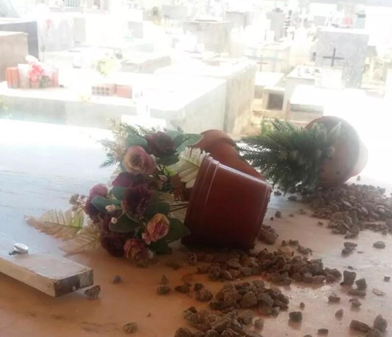 Túmulos foram violados em Casa Nova, na BA (Foto: Anderson Andrade)