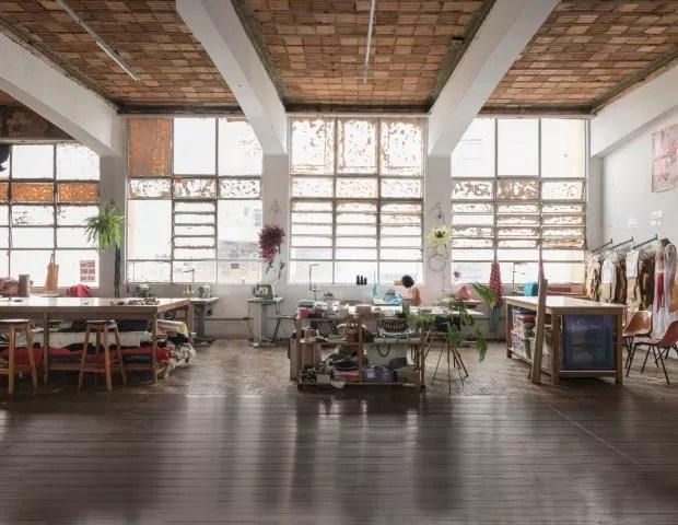 Casa do Povo. Um dos amplos salões do edifício abriga o projeto Ateliê Vivo, que oferece oficinas gratuitas de corte e costura (Foto: Alexandre Disaro /  Editora Globo)