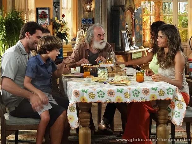 Alberto liga e estraga clima familiar (Foto: Flor do Caribe / TV Globo)