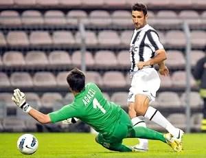 Vucinic marca gol do Juventus contra o Cagliari (Foto: Reuters)