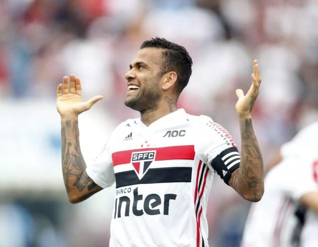 Daniel Alves em partida com a camisa do São Paulo — Foto: Fernando Roberto Teixeira