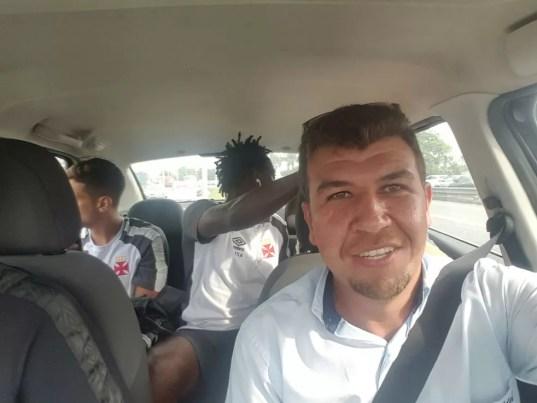 Andrezinho no táxi a caminho de São Januário (Foto: Divulgação)