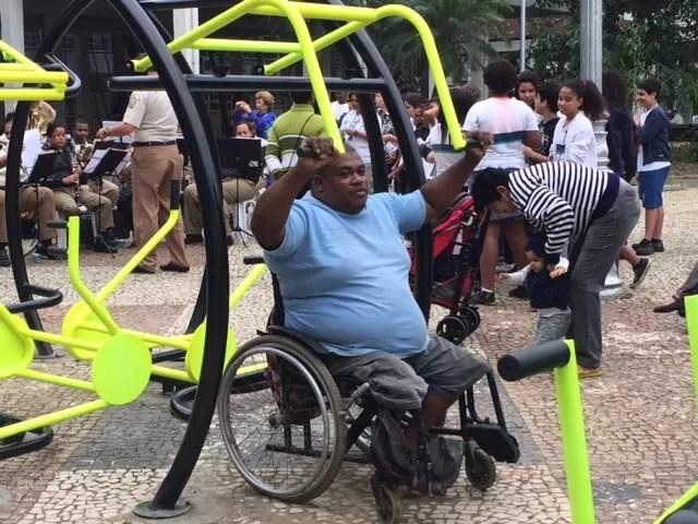 Equipamentos adaptados para cadeirantes foram testados em praça do Rio (Foto: Matheus Rodrigues/G1)