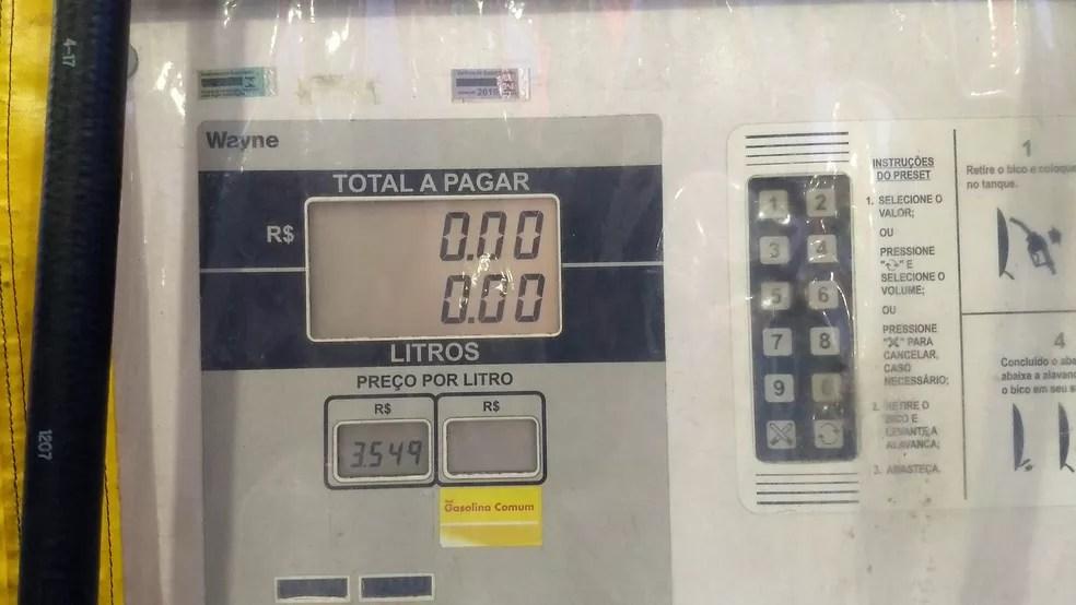 Posto de combustível estava vendendo diesel S10 a R$ 3,54 neta segunda (4) (Foto: Rafael Cardoso/G1)