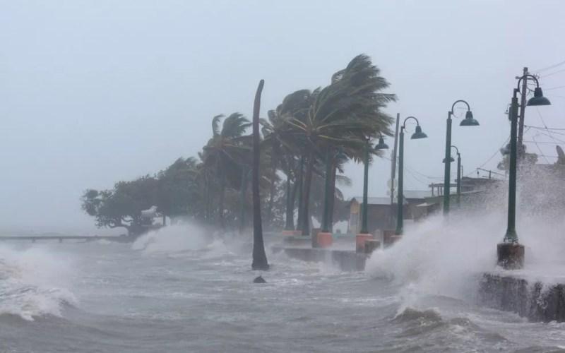 Fortes ondas provocadas pelo furacão Irma são vistas em praia de Fajardo, em Porto Rico, na quarta-feira (6) (Foto: Reuters/Alvin Baez)