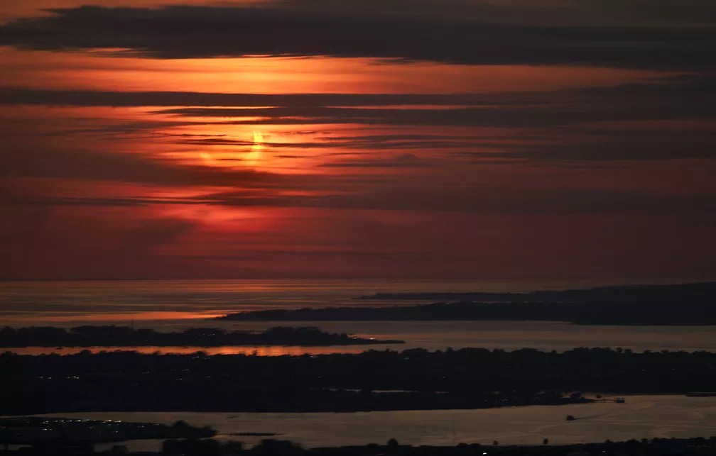 Eclipse solar anular registrado em Nova York, nesta quinta-feira (10) — Foto: Stan Honda/AFP