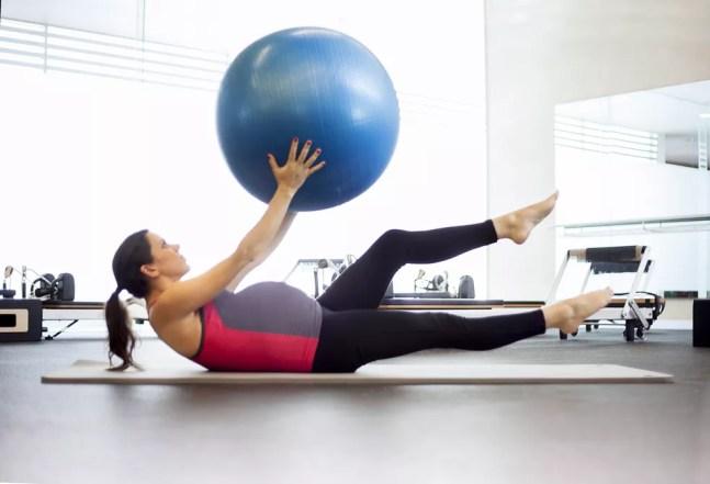 Ideia é manter atividade física praticada antes da gestação, mas converse com seu médico para realizá-la com segurança — Foto: Istock