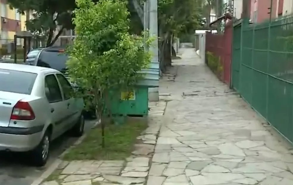 Em Porto Alegre, casinhas ficam em calçada em uma rua do bairro Jardim do Salso — Foto: Reprodução/RBS TV