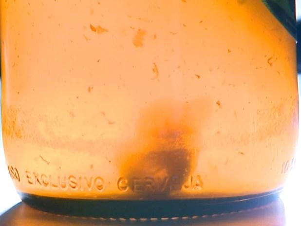 Objeto estranho encontrado por consumidor dentro de garrafa de cerveja (Foto: Paulo Chiari/EPTV)