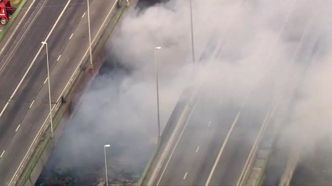 Por volta das 7h50, havia poucos focos de incêndio da Ponte do Jaguaré — Foto: Reprodução/TV Globo