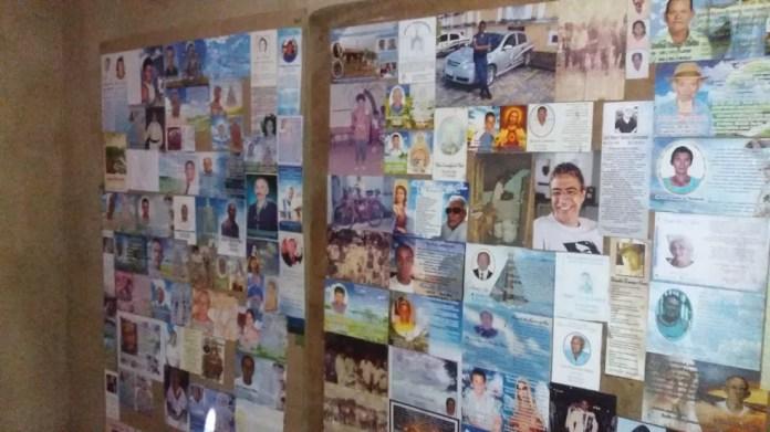 Entre os santinhos, o cedrense guarda a foto do governador Marcelo Déda, falecido no ano de 2013 — Foto: Anderson Barbosa/G1 SE