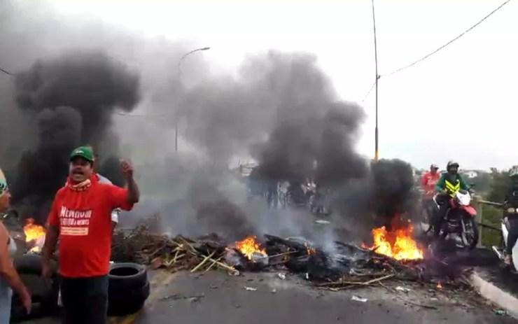 Manifestantes na ponte entre os municípios de Nossa Senhora do Socorro e Aracaju, em Sergipe (Foto: Lanne Pacheco)