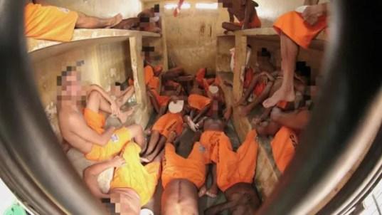 Presidiários encolhem as pernas e precisam se revezar para dividir espaço em cela em Pedrinhas (Foto: BBC Brasil)