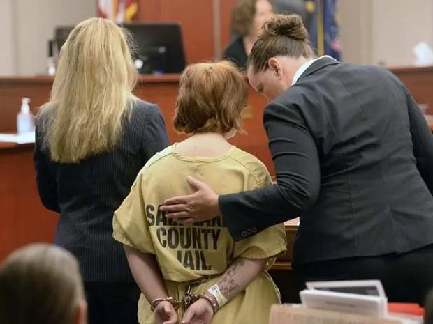 Ao lado de suas advogadas, Alicia Englert (ao centro) se apresenta a corte em Salt Lake City nesta quartafeira (10) (Foto: AP Photo/The Salt Lake Tribune, Al Hartmann, Pool)
