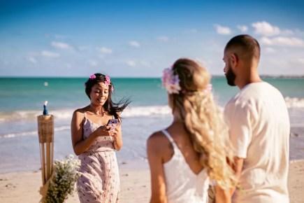 Enaile Vasconcelos, amiga da noiva, foi a celebrante da cerimônia — Foto: Djeison Zennon/Estúdio Casa Amarela/Divulgação