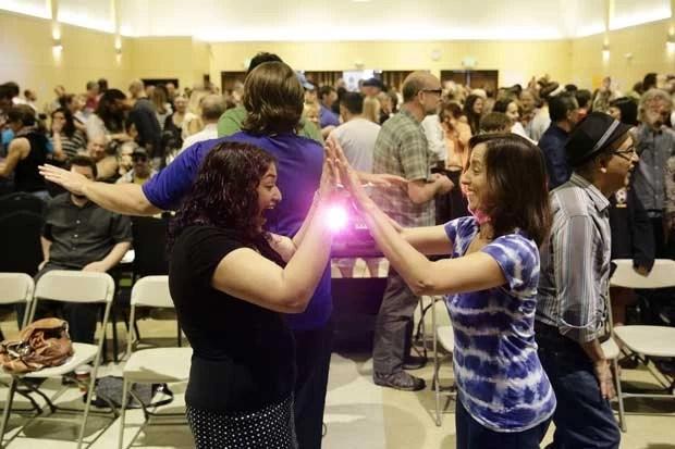 Adeptos do culto batem palmas, brincam e gritam durante a primeira celebração dominical em Los Angeles, nos EUA (Foto: Jae C. Hong/ AP)