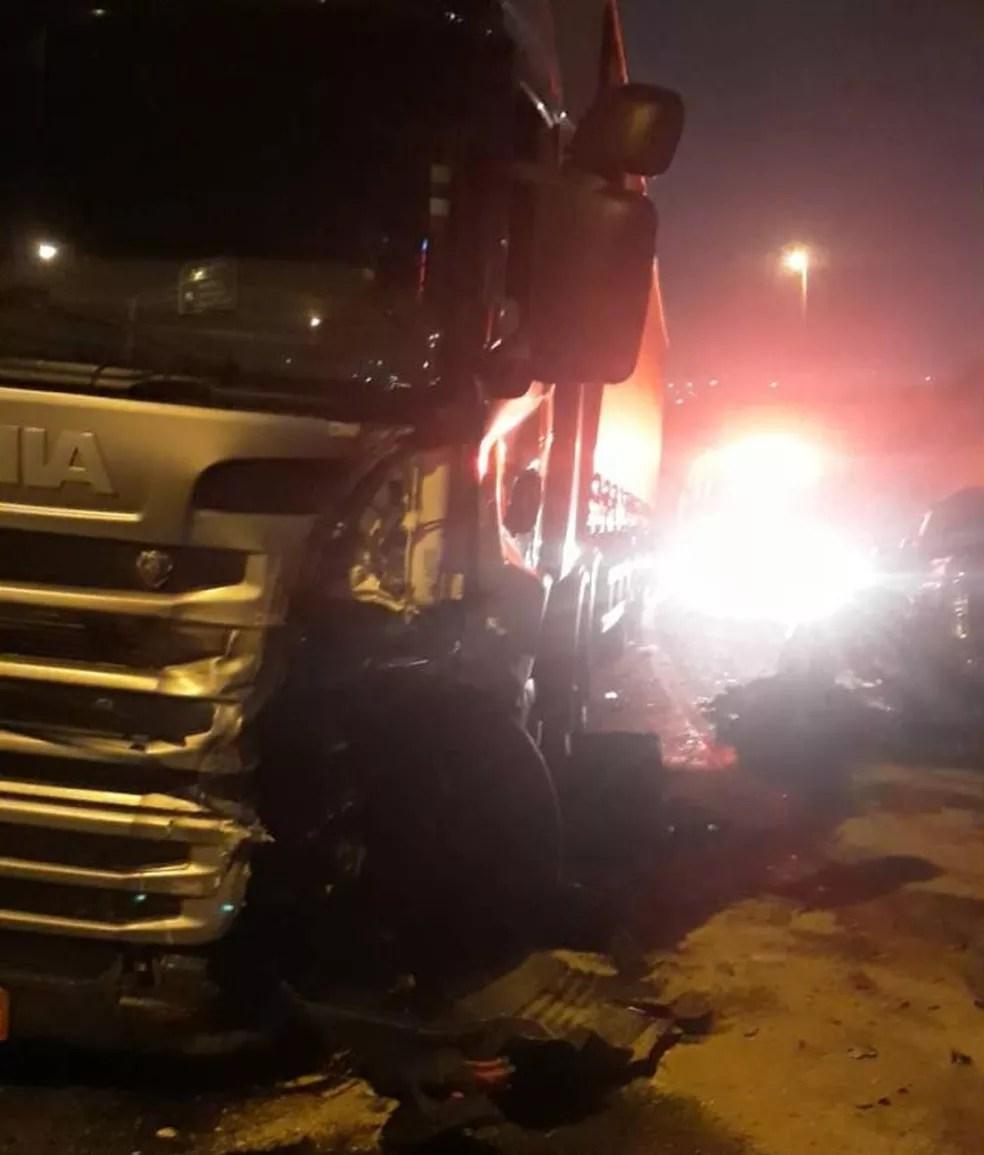 Carro seguia na contramão quando colidiu de frente com carreta em rodovia de Jundiaí — Foto: Barbara Leão/TV TEM