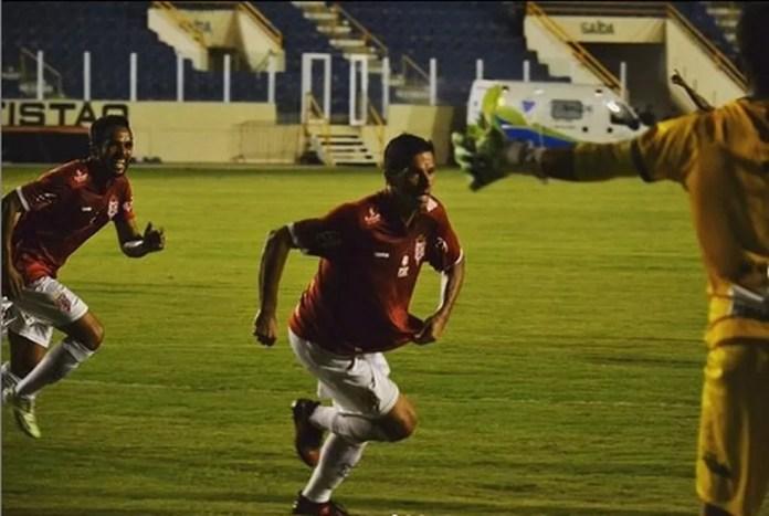 Kiko Alagoano comemora gol pelo Sergipe — Foto: José Maria Marques