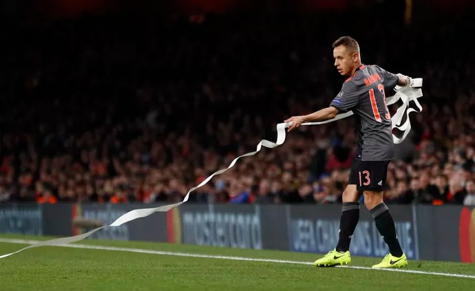 Torcida Arsenal faixas protesto ingressos papel higiênico (Foto: Stefan Wermuth/Reuters)